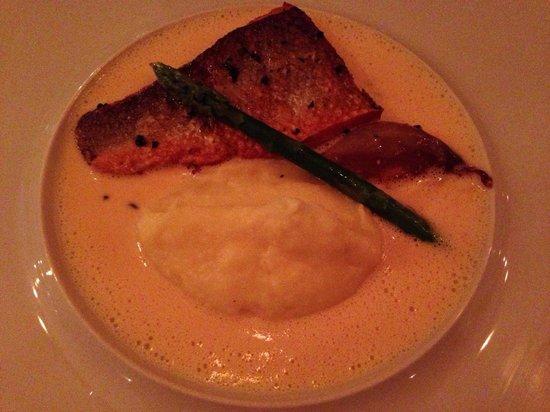 Mona: Salmon with asparagus, shallot and purée.