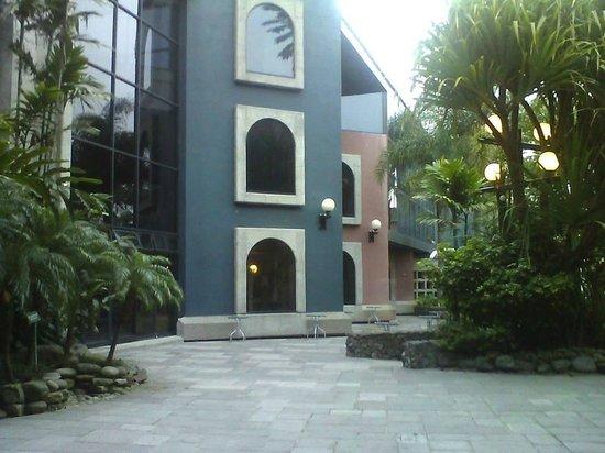 Radisson Hotel San Jose Costa Rica : vista  desde la piscina al frente de las  habitaciones