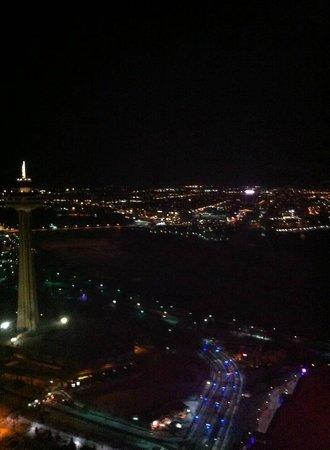 Hilton Niagara Falls/Fallsview Hotel & Suites: pretty lights