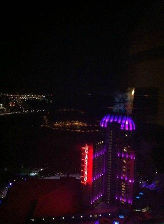 Hilton Niagara Falls/Fallsview Hotel & Suites: night lights