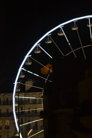 Hello Marseille Hostel: ferries wheel in main square from the hostel