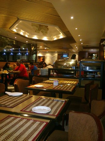 Admiral Plaza Hotel: DINING TABLE
