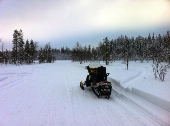 Perhesafarit Snowmobile Safaris: On tour with 600 cc snow mobiles