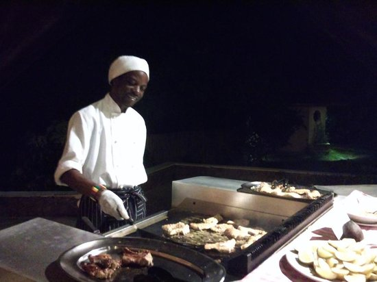 New Emerald Cove: un des cuisiniers au grill ! Super sympa !