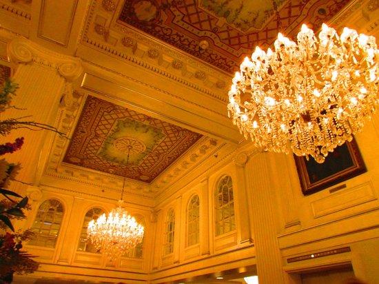 Hotel Monteleone : Lobby ceilings, so pretty!