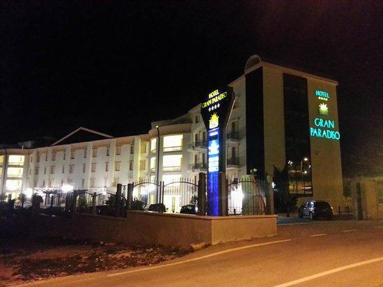 Hotel Gran Paradiso: vista dalla strada . serale.