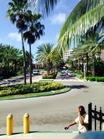 Comfort Suites Paradise Island: EASY, short walk to Atlantis from side door of Comfort Suites