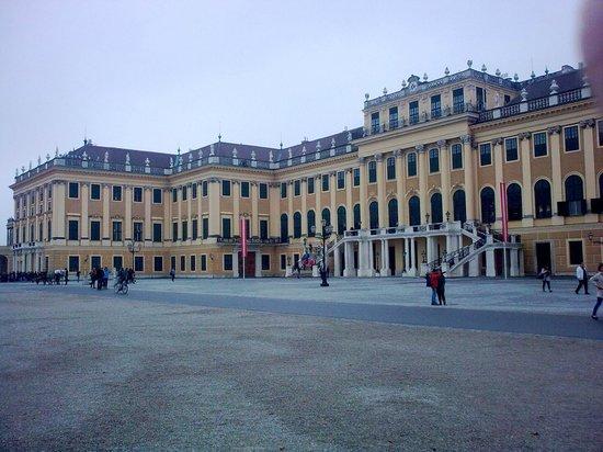 Palacio de Schönbrunn: Palace front - intimidatingly huge