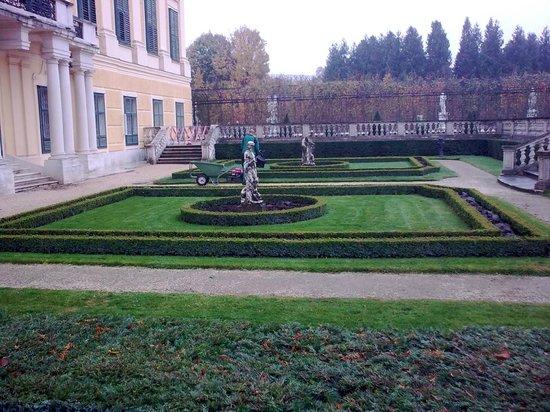 Palacio de Schönbrunn: A side garden