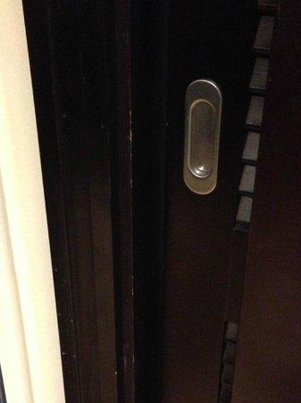 Hotel Riu Palace Aruba: Puerta de clóset de habitación Junior Suite - nótese cómo está poco cuidada y pelada
