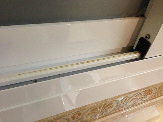 Hotel Riu Palace Aruba: Ventana de baño habitación Junior Suite -. nótese la suciedad