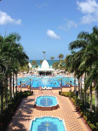 Hotel Riu Palace Aruba: Vista de la piscina desde fuera del Lobby