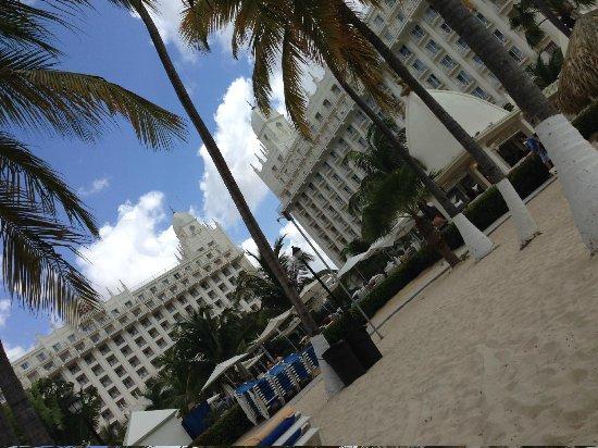 Hotel Riu Palace Aruba: Toma del hotel desde la playa
