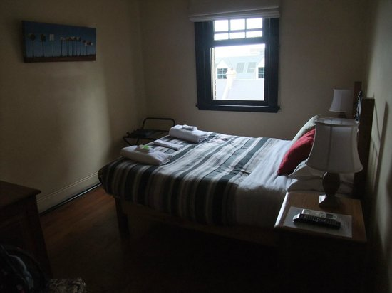 Sydney Harbour Bed and Breakfast: Bedroom (a bit dark, sorry doesn't really do it justice)