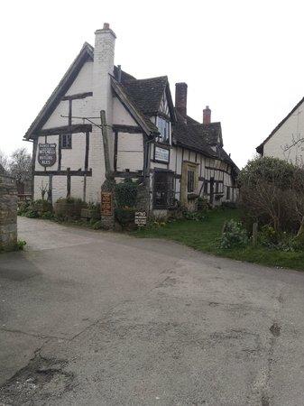 The Fleece Inn: Roadside view