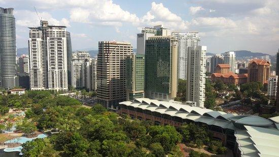Mandarin Oriental, Kuala Lumpur : pemandangan taman petronas dari jendela kamar
