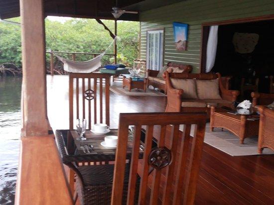Laguna Azul Eco Lodge: Galería, balcon sobre el mar, unos muebles muy refinado y todo con muy buen gusto