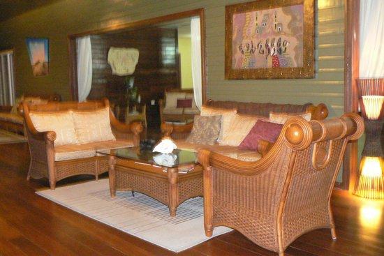Laguna Azul Eco Lodge: Uno de los grupos de sillones en ratan sobre el balcon al mar