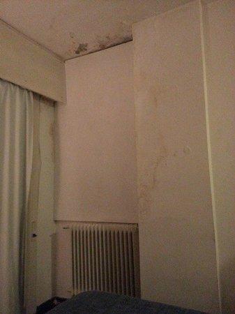 Lancaster Hotel: Humedad de la habitacion 1007