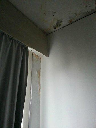 Lancaster Hotel: La humedad de la habitacion 1007