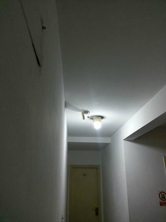 Lancaster Hotel: Aqui se ve el detector del que tuve que sacar la pila para poder dormir