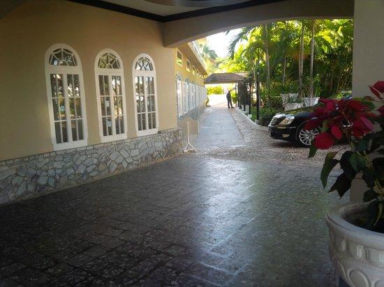 SeaGarden Beach Resort: Main Entrance