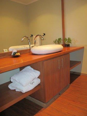 Holiday Inn Santiago Airport: Big and clean bathroom