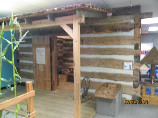 Virginia Discovery Museum: Log cabin w/ loft to climb up to.