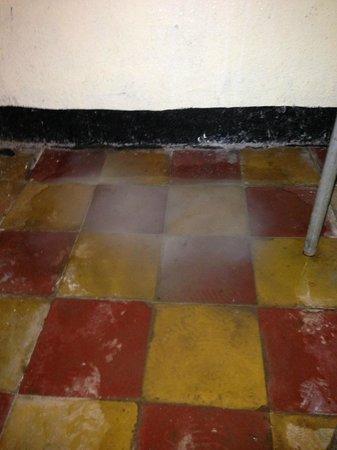 Seven Olives Hotel: Sink leaked onto bathroom floor