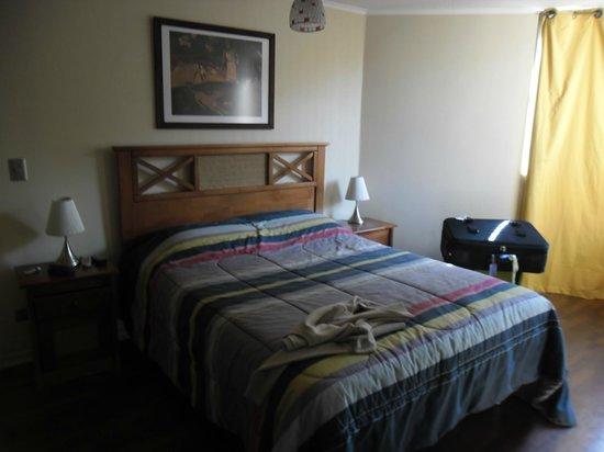 Amistar Apart-Hotel: Habitación luminosa con cama matrimonial y en el estar,un sillón cama muy duro !!!