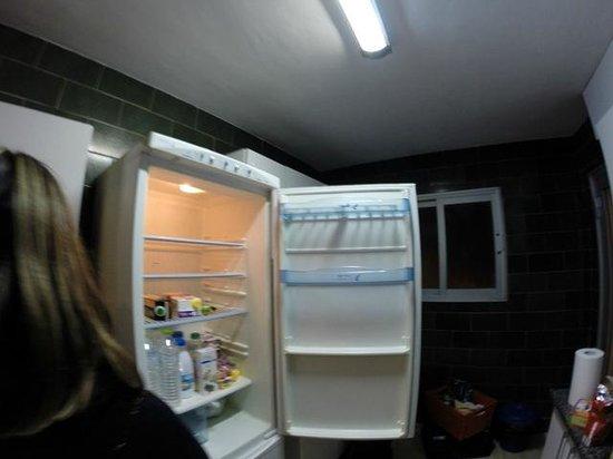 Apartments AR Borodin: frigo cassé, pas de bouteilles sur la porte