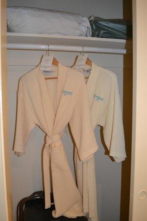 Catamaran Resort Hotel and Spa: Batas en la habitación