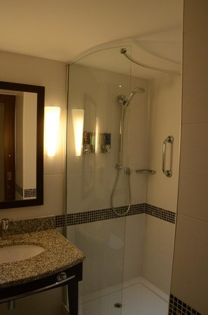 Hampton by Hilton London Croydon : Bathroom shower