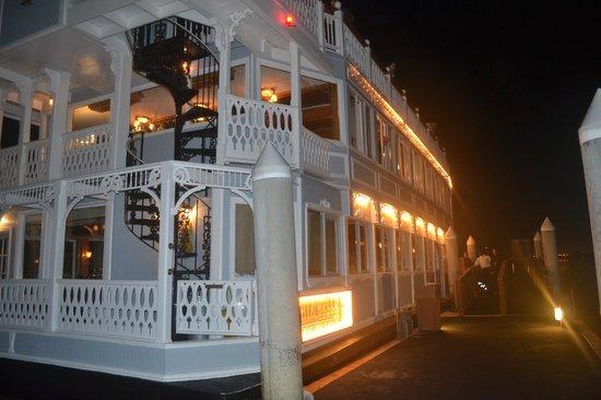 Catamaran Resort Hotel and Spa: Barco que recorre la bahía del hotel, paseo incluido para huespedes