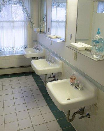 White Mountains Hostel: Bathrooms