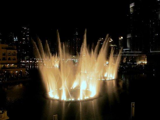 The Dubai Fountain : Fountain show pic 1