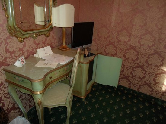 Hotel Carlton on the Grand Canal : dressing table and tv and minibar