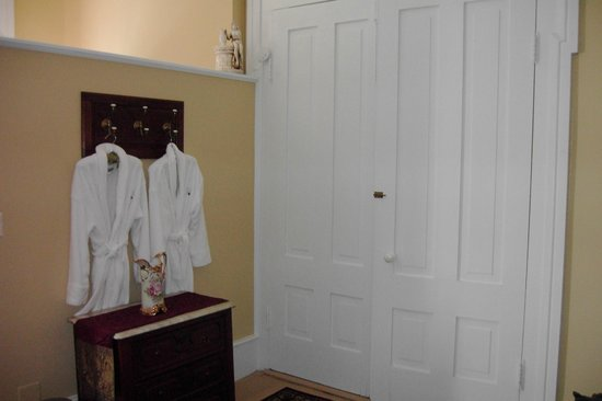 Springhill Winery & Plantation Bed 'n Breakfast: Robes in every room for guest to use