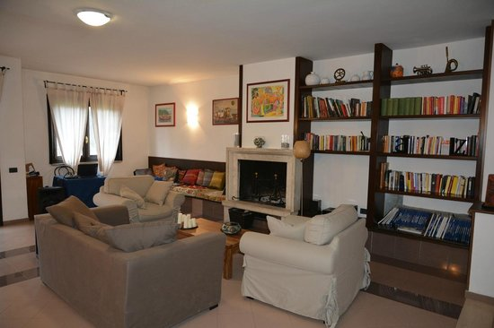 La sala comune con il camino e una fornita libreria for Sala con camino