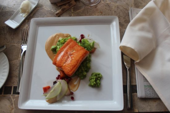 NINE-TEN Restaurant & Bar: Salmon with fresh vegetable-based accompaniments