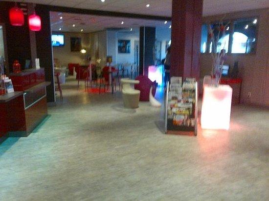Ibis Styles Blois Centre Gare : hall d'entrée,réception