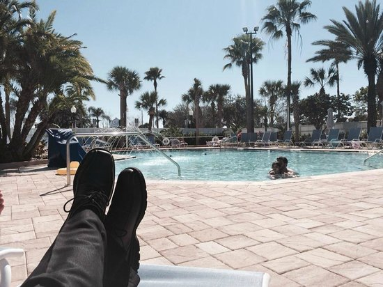 Four Points by Sheraton Orlando International Drive: Kicking Back for a Lunchtime Break at the Poolside (80 Degrees)