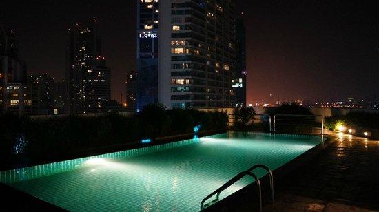 Park Plaza Sukhumvit Bangkok: Pool by night