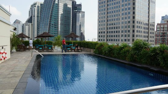 Park Plaza Sukhumvit Bangkok: Pool - day view
