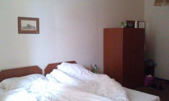 Hotel U Sladku: кровати и шкаф