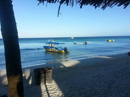 Bananarama Beach and Dive Resort: Our Dive Boats on the beach