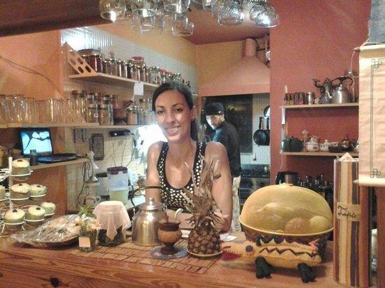Prana Bar Natural: La cocina a la vista, moza y cocineros con la mejor onda