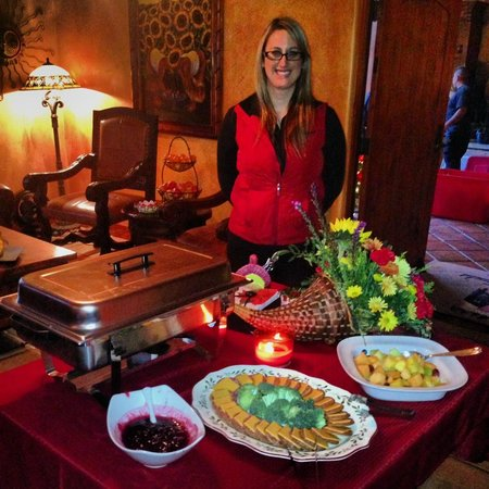 Avila La Fonda Hotel: Brianna proudly displays her evening wine reception setup!