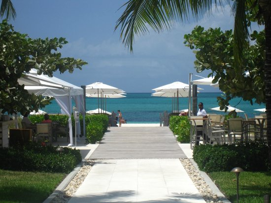 Gansevoort Turks + Caicos: the walkway between the pool and the beach