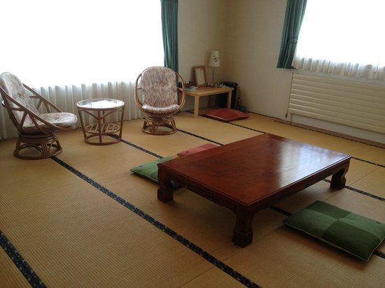 Yado Hanafurari: Second guest room is Japanese style and has three futons.
